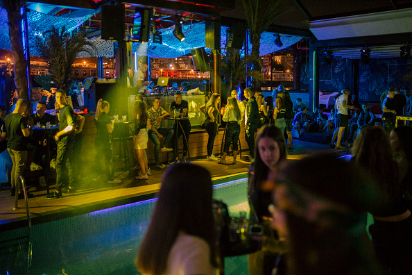 Clubbing「Europe Reins In Nightlife To Curb Covid-19 Surge」:写真・画像(12)[壁紙.com]