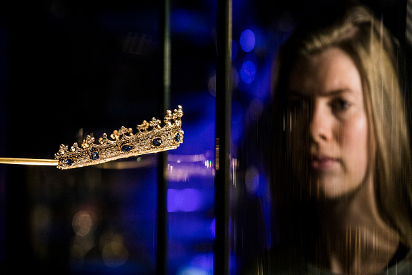 Tristan Fewings「Queen Victoria's Sapphire & Diamond Coronet Goes On Display For The First Time in The V&A's William & Judith Bollinger Gallery」:写真・画像(7)[壁紙.com]