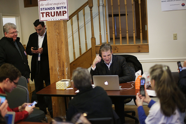 Volunteer「Eric Trump Makes Phone Calls With Volunteers At Trump NH Campaign Office」:写真・画像(5)[壁紙.com]