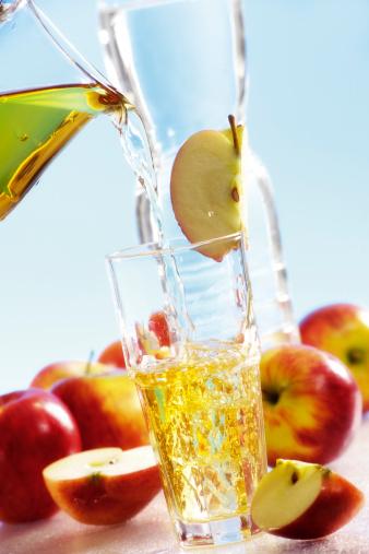 Apple Juice「Pouring apple juice into glass」:スマホ壁紙(6)