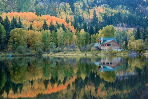 秋「レイクハウス、秋の反射」:スマホ壁紙(12)