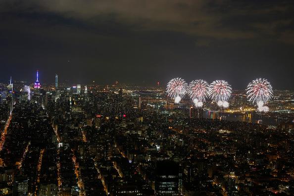 花火「Fireworks Explode Over New York's East River During Fourth Of July Celebrations」:写真・画像(19)[壁紙.com]