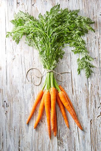 Carrot「Bunch of carrots on wood」:スマホ壁紙(5)
