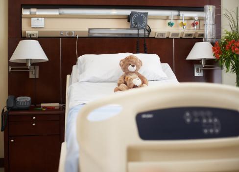Stuffed Animals「Empty hospital bed with teddy bear on it」:スマホ壁紙(7)