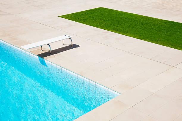 ダイビングボード上のプール:スマホ壁紙(壁紙.com)