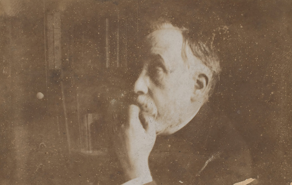 Edgar Degas「Self-Portrait In Library (Hand To Chin)」:写真・画像(1)[壁紙.com]