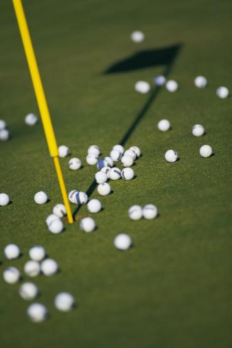 Putting - Golf「Golf balls on putting green next to hole」:スマホ壁紙(14)