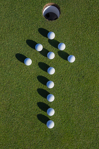 Putting - Golf「Golf balls on putting green.」:スマホ壁紙(2)