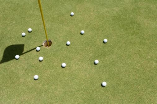 Golf Links「Golf Balls and Flagstick on Green」:スマホ壁紙(0)