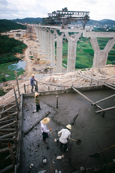 Mid Adult Men「Approach viaducts being concreted for the Boca Tigris Pearl River suspension bridge in southern China」:写真・画像(1)[壁紙.com]
