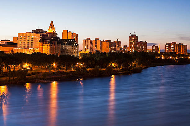Canada, Saskatchewan, Saskatoon, Illuminated cityscape at dusk:スマホ壁紙(壁紙.com)