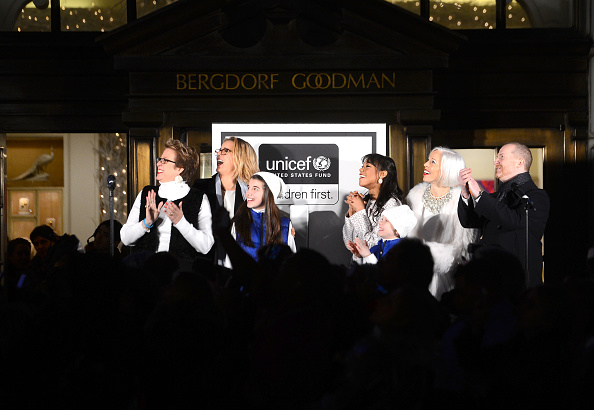 雪の結晶「Bergdorf Goodman Holiday Window Unveiling & UNICEF Snowflake Lighting Ceremony」:写真・画像(6)[壁紙.com]