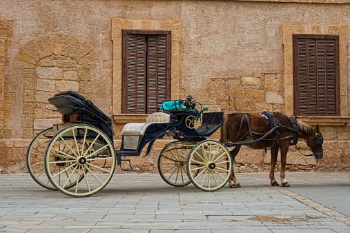 Horse-drawn carriage「観光の馬車の壁の前に古い」:スマホ壁紙(17)