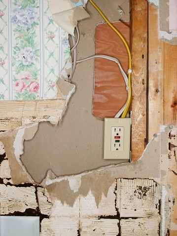 Wooden Post「Outlet on Damaged Wall」:スマホ壁紙(4)