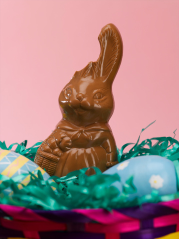 Easter Basket「Chocolate bunny with bitten ear in easter basket, close-up」:スマホ壁紙(14)
