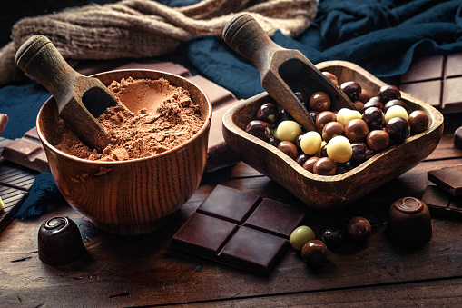 Star Anise「Chocolate bars and candies with cocoa powder and ingredients in old-fashioned style on wood table」:スマホ壁紙(14)