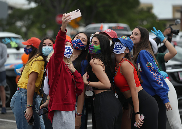 High School「Parade Of Graduating High School Seniors Cheered By Community In Florida」:写真・画像(14)[壁紙.com]
