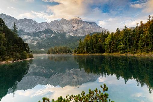 Garmisch-Partenkirchen「Mountain peak Zugspitze Autumn morning at lake Eibsee near Garmisch Partenkirchen. Bavaria, Germany」:スマホ壁紙(15)