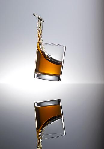 Whiskey「Whiskey splashing in glass」:スマホ壁紙(10)