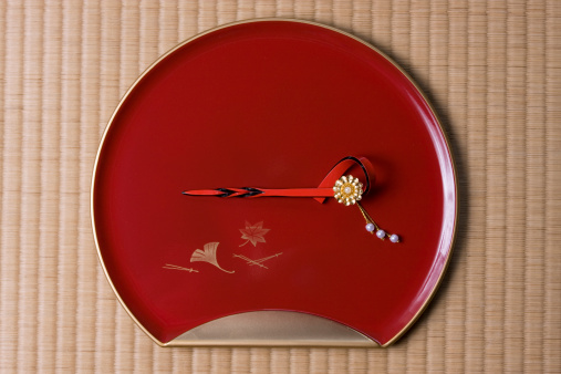 赤「Japanese hair barrette on tray, overhead view」:スマホ壁紙(6)