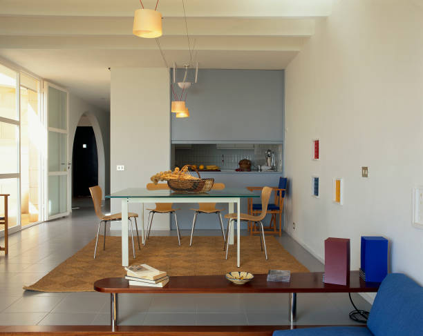 View of a dining room near a kitchen:ニュース(壁紙.com)