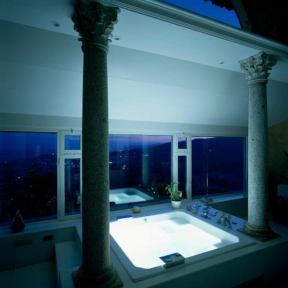 Bathroom「View of a deluxe bathroom」:写真・画像(18)[壁紙.com]