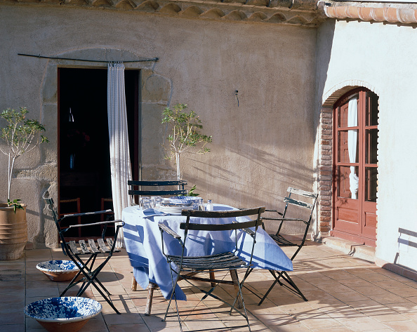 Dining Table「View of a dining table in a porch」:写真・画像(1)[壁紙.com]