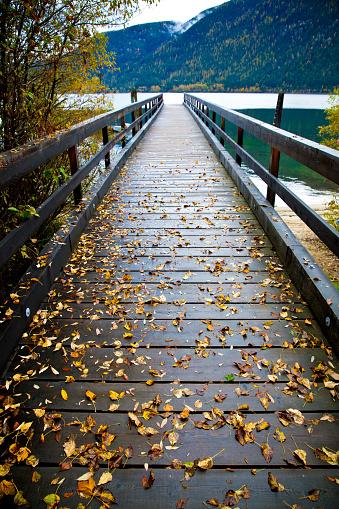 雨「クーティネー湖ネルソン、ブリティッシュ ・ コロンビア、カナダの近くに雨の日にドックのビュー。」:スマホ壁紙(4)