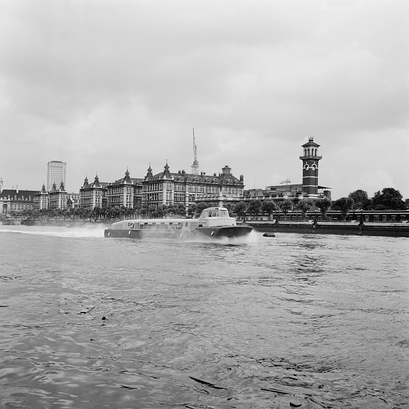 Victor Blackman「London's New Hoverbus」:写真・画像(3)[壁紙.com]