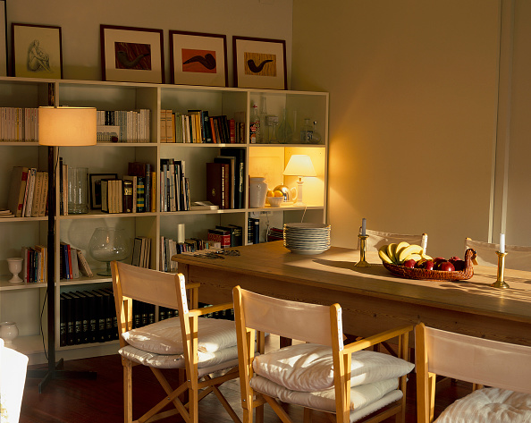 Dining Room「View of a dining room adjoined with a library」:写真・画像(11)[壁紙.com]
