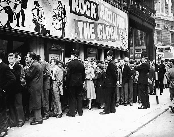 Crowds Gather To See 'Rock Around The Clock':ニュース(壁紙.com)