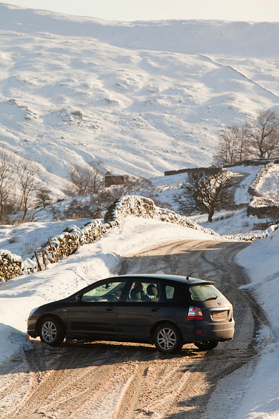 Frost「A car that skidded on ice on the Kirkstone Pass road above Windermere after it was blocked by spindrift and wind blown snow, Lake District, UK.」:写真・画像(10)[壁紙.com]