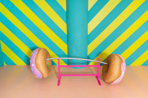 Fun「Oversized donuts as barbell at an indoor theme park」:スマホ壁紙(7)