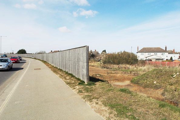 King's Lynn「Noise barrier fence protecting homes from a nearby busy road, Kings Lynn, Norfolk, UK」:写真・画像(14)[壁紙.com]