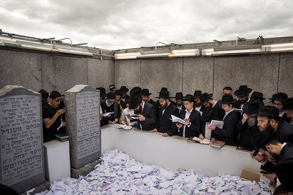 Drew Angerer「Thousands Of Followers Of Lubavitcher Rebbe Mark 24th Anniversary Of His Death」:写真・画像(16)[壁紙.com]