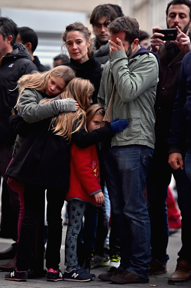 Mourner「Significant Death Toll Feared In Paris Terror Attacks」:写真・画像(8)[壁紙.com]