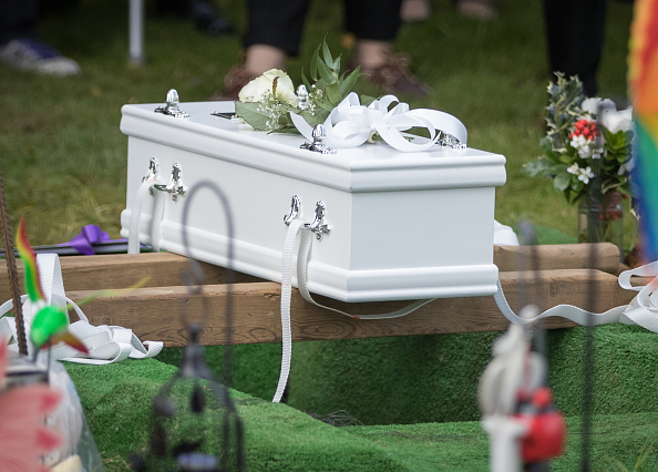 Mourner「People Gather To Mourn Baby Girl Found On An Oxford Footpath」:写真・画像(6)[壁紙.com]