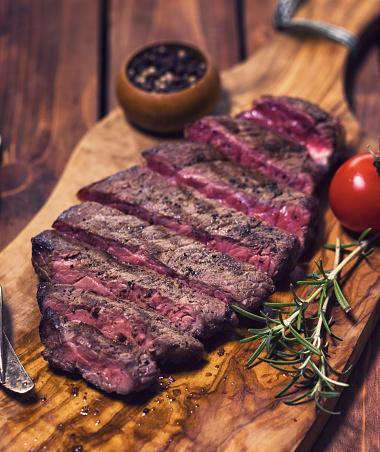 牛「ジューシーな牛肉のグリル ステーキ」:スマホ壁紙(18)