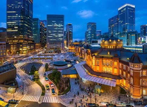 Marunouchi「Tokyo Station busy Marunouchi entrance skyscrapers illuminated at dusk Japan」:スマホ壁紙(19)