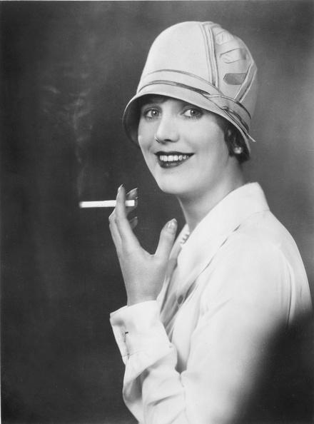 Cigarette「Actress Smoking」:写真・画像(7)[壁紙.com]