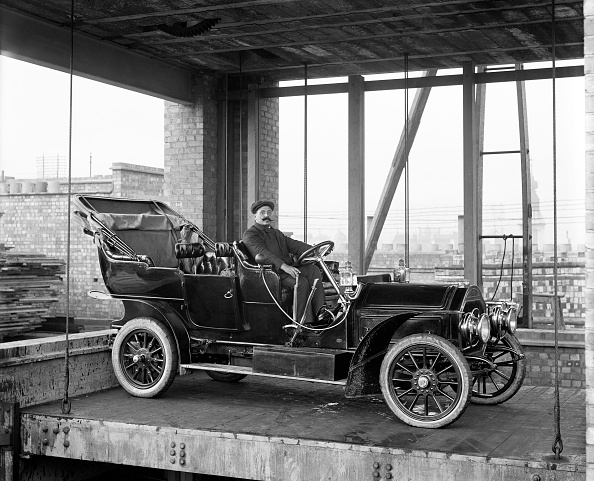 Edwardian Style「Car Lift At Mitchell Motors Company」:写真・画像(19)[壁紙.com]