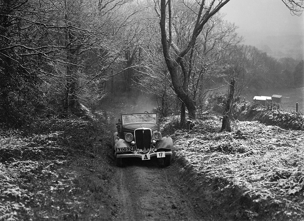 Country Road「1934 Ford V8 tourer taking part in a motoring trial, late 1930s」:写真・画像(15)[壁紙.com]