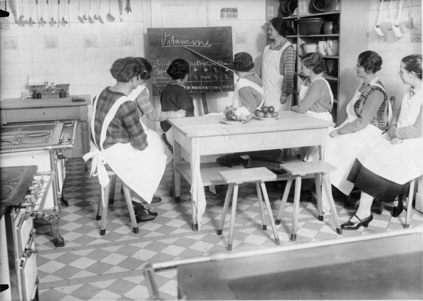 Teaching「The Berlin Fr?bel society created a housewife and mother school in Berlin-Niederschoenhausen, Young women beeing educated in the different branches of the housekeeping, child education and child care, In the picture: Food teachings in the kitchen, Germany」:写真・画像(13)[壁紙.com]