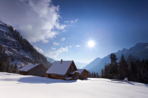 雪山「高山の山小屋・イン・チロル、オーストリア」:スマホ壁紙(6)