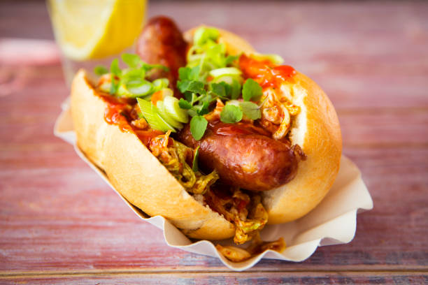 Asian hot dog, fried sausage, spicy chinese cabbage, hot chili sauce, spring onions, cress, bun:スマホ壁紙(壁紙.com)