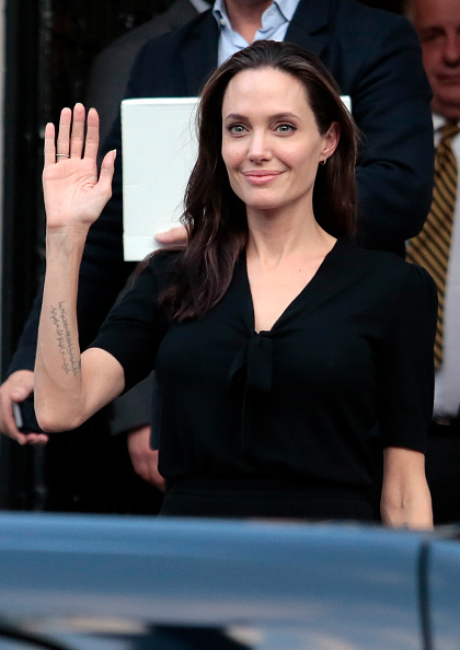 アンジェリーナ・ジョリー「Angelina Jolie Visits The Refugee Reception Area At The Port Of Piraeus」:写真・画像(13)[壁紙.com]