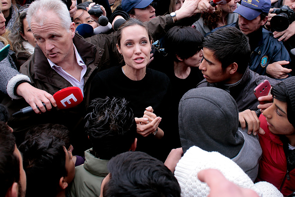アンジェリーナ・ジョリー「Angelina Jolie Visits The Refugee Reception Area At The Port Of Piraeus」:写真・画像(16)[壁紙.com]