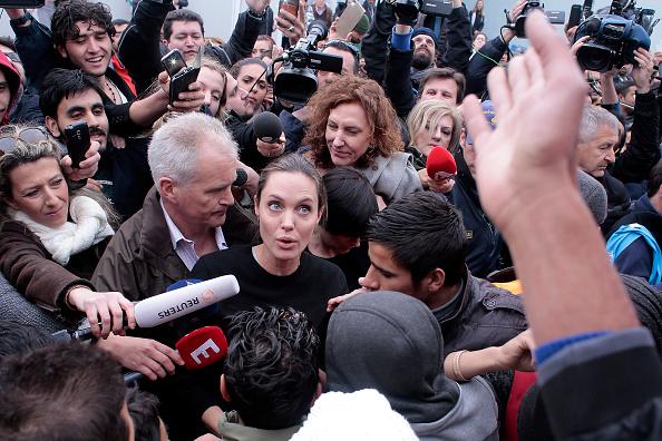 アンジェリーナ・ジョリー「Angelina Jolie Visits The Refugee Reception Area At The Port Of Piraeus」:写真・画像(11)[壁紙.com]