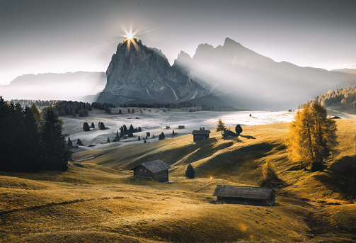 Rolling Landscape「Autumn sunrise at Alpe di Siusi - Seiser Alm, Dolomites South Tyrol, Italy」:スマホ壁紙(5)