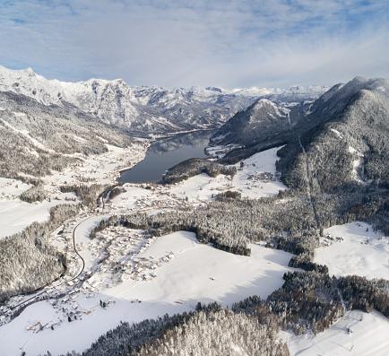 Salzkammergut「Lake Grundlsee, Arial Winter Panorama, Austria」:スマホ壁紙(11)